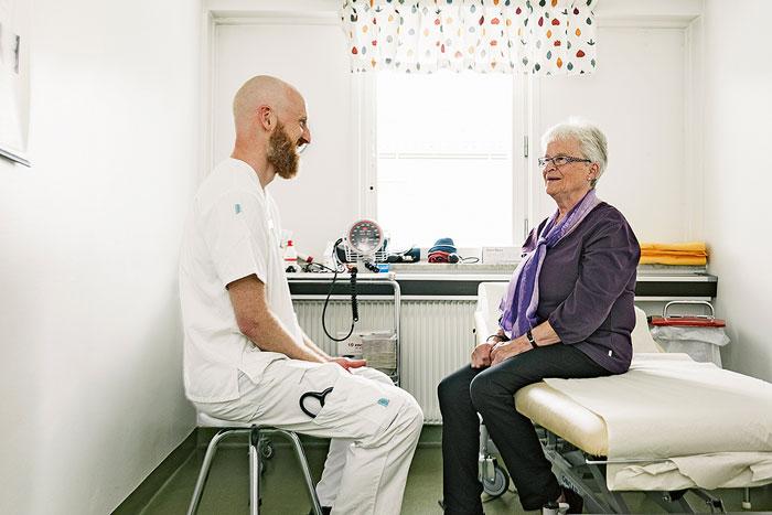 Läkare Mats Hogmark samtalar med patienten Maja-Lisa Tysk