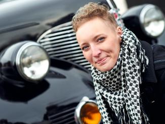 Anna Eksell framför svart bil