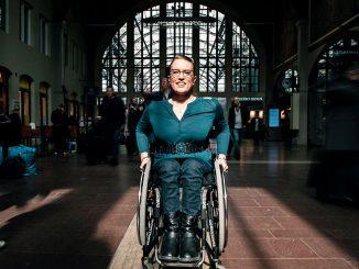 Kvinna i rullstol på Centralstationen i Göteborg
