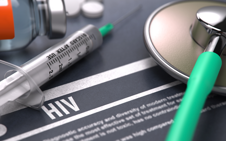 Spruta och stetoskop pa ett papper med ordet hiv