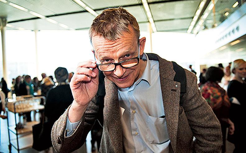 Hans Rosling tittar över glasögonen