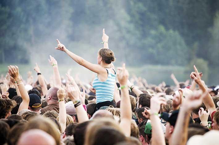 Människor på konsert