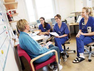 Patienten samtalar med vårdpersonal